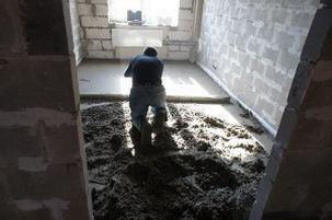 цементную стяжку выравниваем правилом