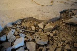 рабочие демонтировали цементную стяжку и зачистили пол