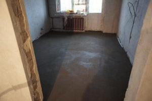 готовая цементная стяжка в комнате
