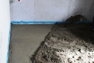 распределили цементный раствор вручную