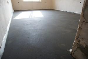 полусухой слой стяжки в комнате