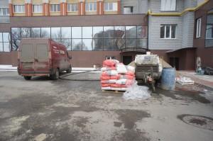 оборудование и материалы перед зданием