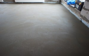 цементно-песчаная поверхность стяжки с фибровармированием
