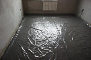 бетонное основание пола накрыто слоем пленки