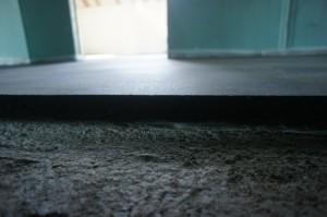 полусухая стяжка пола легко держит форму